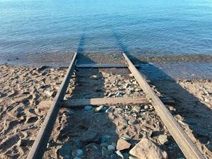 海につづく線路のサムネール画像